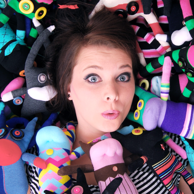 #7 SOCKSTAR-MONSTER; NUMMER 2000 – Clarissa Schwarz, Mutter der Monsterbande und Grafikdesignerin