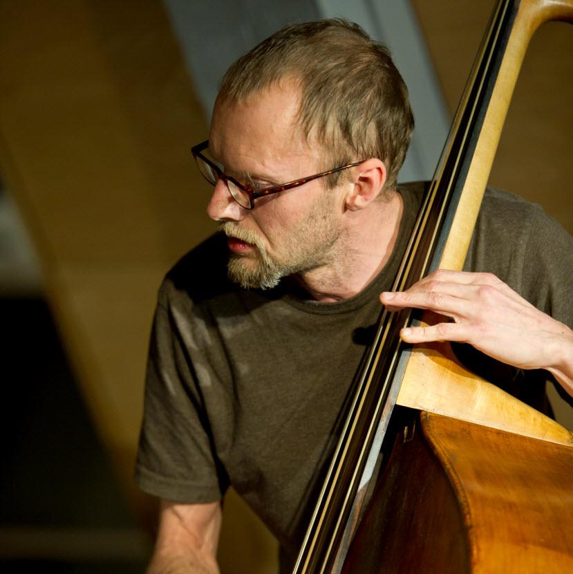 #41 «BASS ERSTAUNT»: Ein Solo(Bass)Abend mit DUŠAN PRUSÁK
