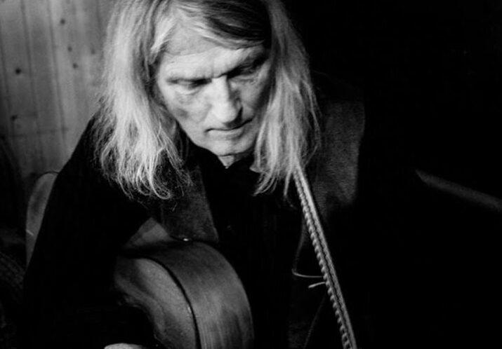 [AUSVERKAUFT] #107 WALTER LIETHA – Der Bündner Poet und Sänger entschleiert, befreit und verzaubert mit seinem Rezital von Dialektliedern mit Gitarrenbegleitung